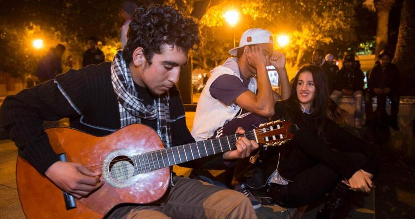 Ragazzi di fronte al parlamento di Rabat